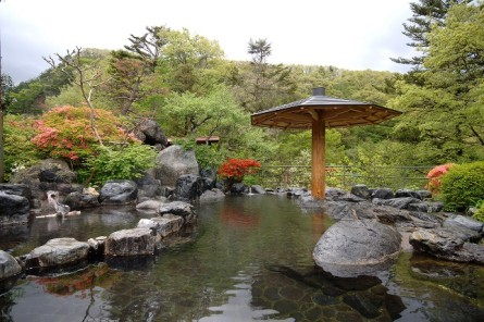 露天風呂瑠璃の湯赤谷湖側と駒形峡川の眺望を両方楽しめます。