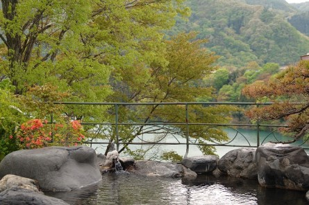 赤谷湖を見下ろす露天風呂瑠璃の湯。通常チェックインから19:30の入れ替え時間迄は女性専用となります。
