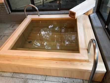 浴槽の底まで檜を使用。高貴な人物にだけ許される江戸時代の「幕湯」の伝統を汲む。