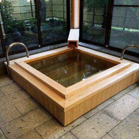改修なった貸切家族風呂楓の湯。檜の香りがかぐわしい。
